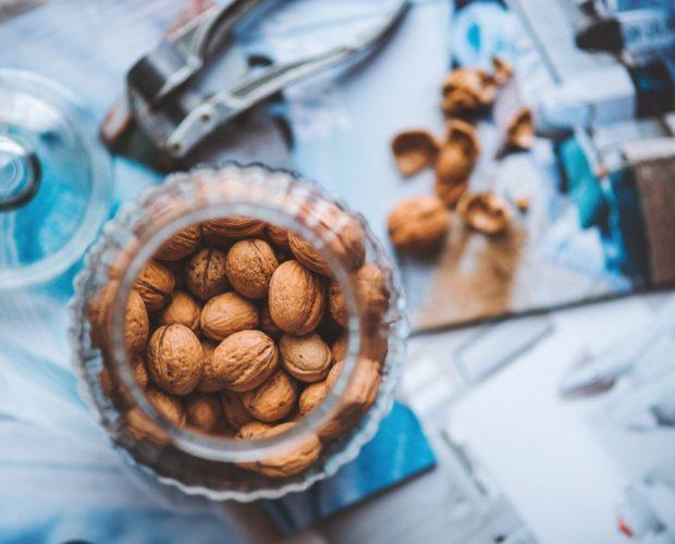ořechy a semena ve sklenici