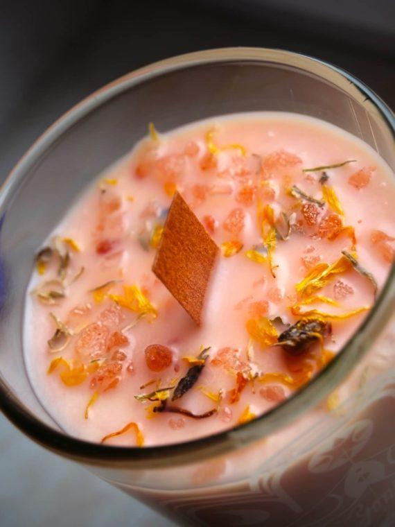 detail pomerančové svíčky yoni ze sójového vosku